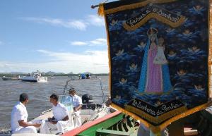 Em barcos são enfeitados com bandeirinhas, dezenas de fiéis participaram da procissão marítima. Confira as galeria de imagens.