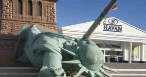 A estátua fica em Capão da Canoa e caiu sobre um poste de energia elétrica. Os Bombeiros foram acionados e ninguém ficou ferido, segundo informações do GZH