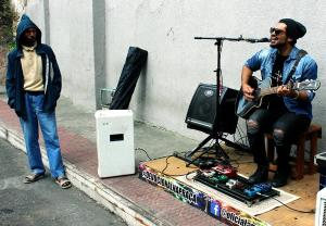 O cantor Anderson Andrade tem um projeto missionário e cantas nas praças da Grande Vitória