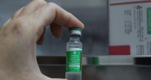 São 38 mil frascos do imunizante da Oxford/AstraZeneca e 23 mil unidades da Coronavac. Distribuição para os municípios está prevista para quinta (25)