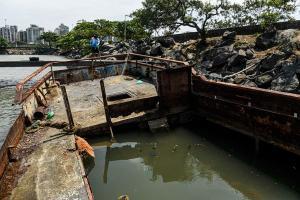 Registros do fotógrafo Vitor Jubini, de A Gazeta, mostram embarcações que realizavam passeios pela ilha de Vitória destruídas pela ação do tempo, próximo ao Píer de Iemanjá