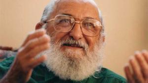 """Paulo Freire não foi """"doutrinador"""", tampouco propagador do """"comunismo"""". Sua pedagogia defendia uma relação professor/aluno pautada no diálogo, no respeito aos saberes de ambos"""