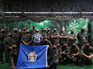 Em uma das fotos, que mostra 22 pessoas, apenas duas utilizam máscaras 'reais', item de proteção recomendado por autoridades sanitárias contra a Covid-19