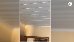 Tiro atravessou o teto do quarto e atingiu a perna direita da jovem de 26 anos. Situação aconteceu na noite desta quinta-feira (26), no bairro Cobilândia
