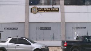 Em relato à Polícia Militar, populares contaram que dois suspeitos entraram na residência atirando e atingiram quatro pessoas. A Polícia Civil investiga o caso para localizar e prender os suspeitos do crime