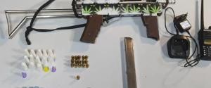 A operação da Polícia Militar ocorreu após denúncias de que haveria homens armados em uma escadaria no Morro do Cruzamento na noite desta quarta-feira (28). Na parte da tarde, moradores registraram vídeos que mostram tiros no Romão