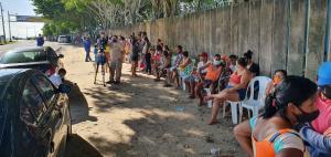 Antes do horário de a distribuição começar, a fila já contava com cerca de 150 pessoas, segundo o Sindipetro; a distribuição ocorre em apenas um ponto do município