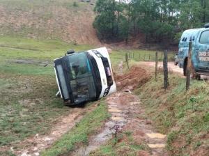 Ônibus acabou tombando às margens de uma estrada de chão na zona rural do município. Segundo a prefeitura, chovia no momento do acidente