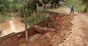 Na manhã desta quinta-feira (11), servidores da prefeitura trabalhavam para reconstruir a rua e limpar estragos causados pela enchente