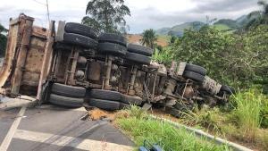 Dois caminhões se envolveram em uma colisão e um dos veículos – que estava carregado com areia – tombou na pista. Segundo a concessionária Eco101, motoristas estão passando em um desvio pelo acostamento