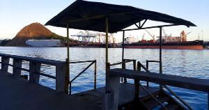 O pequeno deck, com escada, era utilizado pelos antigos catraieiros - condutores de pequenos barcos que faziam a travessia entre Vitória e Vila Velha - para embarque e desembarque