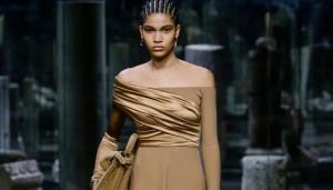Raynara Negrine desfilou para grife Fendi na Semana de Moda de Milão. 'A ficha demorou a cair', disse