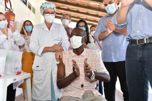 José Firmino, morador do Asilo de Vitória, foi o primeiro na Capital a receber a Coronavac. O município recebeu 4.769 doses do imunizante. A previsão é de que a primeira fase seja concluída nesta sexta-feira (22)
