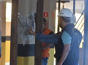 Apesar de terem sido realizados trabalhos de escoramento com uso de trilho de trem para conseguir segurar a estrutura, inicialmente foram verificadas algumas colunas com esmagamento e colapso na estrutura
