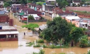 A água acumulou nas ruas e entrou nas casas no distrito de São Benedito