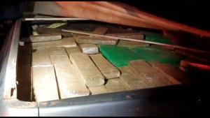 Além dos entorpecentes, uma pistola calibre .380 foi encontrada no veículo. Motorista disse que saiu de Minas Gerais e seguia para Vitória. Vídeo mostra interceptação feita pela PRF em João Neiva