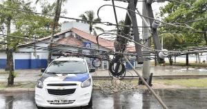 Acidente ocorreu na manhã desta segunda-feira (11), próximo a um posto policial. Segundo a EDP, 12 clientes da concessionária tiveram a energia afetada e equipes foram ao local para fazer reparos