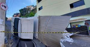 O motorista não se feriu e disse ter sido guiado pelo GPS do celular. O ajudante que estava no veículo teve ferimentos leves e foi encaminhado ao Hospital Silvio Ávidos
