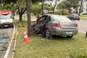 Com a batida, o motorista, que dirigia um Chevrolet Vectra, ficou preso às ferragens e precisou da ajuda de bombeiros para ser retirado do veículo