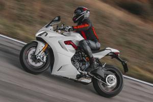 Modelo busca combinar o caráter esportivo com uma utilização diária em estrada; design foi revisto e a moto ganhou aprimoramentos na eletrônica e nos equipamentos