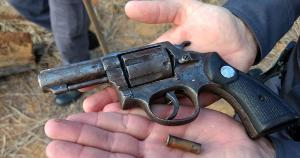 A arma do crime foi encontrada pela polícia, mas o suspeito de ter atirado em Eduardo Carvalho Vieira, de 18 anos, não foi localizado