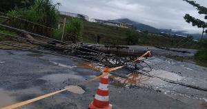Segundo a EDP, uma equipe já trabalha no local para restabelecer o serviço aos clientes afetados; acidente aconteceu na zona rural da cidade