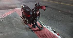 Os dois ocupantes da motocicleta tiveram fraturas nas pernas. Um parente do motorista do carro afirmou que ele teria se sentido mal, o que teria provocado a colisão