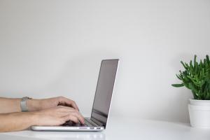Segundo o comentarista da Rádio CBN Vitória, Gilberto Sudré, uma estratégia dos golpistas é criar contas em sites e redes sociais com os dados obtidos de forma irregular. Saiba como identificar contas fakes com o seu nome