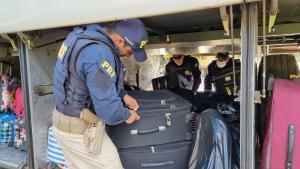 Policiais encontraram o material dentro de um saco plástico. A droga estava no bagageiro de um ônibus que fazia a linha Rio de Janeiro x Vitória