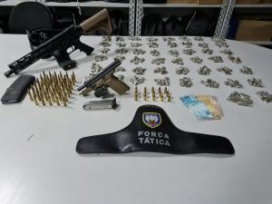 O suspeito detido acabou baleado no tiroteio entre policiais e criminosos que aconteceu nesta quarta (3), no Bairro da Penha; militares também encontraram uma pistola, munições, carregadores e drogas
