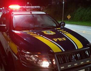A polícia informou que a vítima, um homem de 49, saiu do carro em movimento na altura do quilômetro 1 da rodovia e pediu ajuda aos agentes