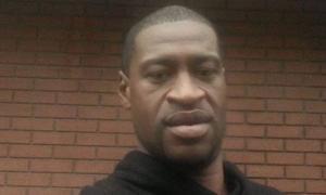 Em depoimento, legista-chefe Andrew Baker, disse que mantinha a causa da morte que determinou no ano passado; Floyd morreu asfixiado por um policial
