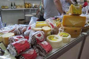 Estão à venda produtos como: flores, embutidos, biscoitos, doces, peixes, além de artesanatos. Evento vai até domingo. Saiba mais