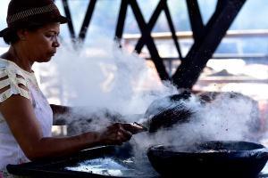 Após ficar quase cinco meses fechado, devido à pandemia de Covid-19, o galpão das paneleiras de Goiabeiras é reaberto e a produção das panelas de barro recomeça. O registro foi feito pelas lentes do fotógrafo Ricardo Medeiros, de A Gazeta