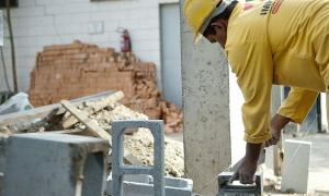 Há postos de trabalho para pedreiros, carpinteiros, auxiliares de obra, armadores, técnicos em segurança do trabalho, entre outras