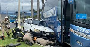 Vítimas estavam na motocicleta e foram parar debaixo do Fiat Uno. Bombeiros chegaram rapidamente ao local e resgataram as duas. Colisão ocorreu na região da Ilha do Príncipe na manhã desta quinta (21)