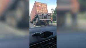 Veículo permanecia na pista central do sentido Norte da rodovia por volta das 15h20 desta terça-feira (3); PRF não teve conhecimento do caso