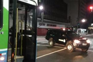 Policiais civis voltavam de uma ocorrência em Cariacica quando foram avisados do crime pelo motorista que piscou farol para a viatura. O suspeito, que assaltava passageiros com uma faca, foi preso