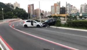 A batida entre dois veículos aconteceu na madrugada desta segunda-feira (13)