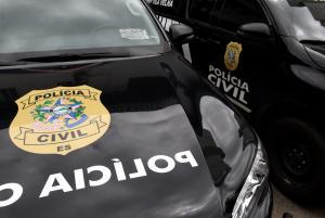 De acordo com a Polícia Civil, o homem de 25 anos é parente da madrasta da vítima e estava hospedado na casa da família. A polícia informou ainda que a família da vítima foi ameaçada