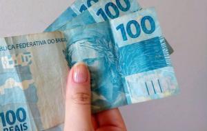 Benefício foi depositado no dia 27 de maio, mas só agora trabalhadores podem comparecer às lotéricas, correspondentes Caixa Aqui ou nas agências do banco para sacar o dinheiro.