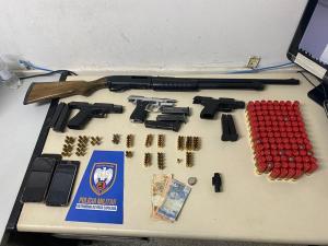 O homem de 27 anos foi detido na madrugada desta segunda-feira (18), no bairro Planalto Serrano. Com ele, a Polícia Militar apreendeu armamento pesado, incluindo uma escopeta calibre 12. Outras três pessoas também foram detidas