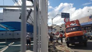 Apesar do susto, ninguém ficou ferido na ocorrência. O poste atingiu a grade do estacionamento de um supermercado na manhã desta sexta-feira (15)
