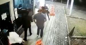 A criança tinha acabado de receber alta hospitalar, estava no carro da família, engasgou e chegou ao posto da polícia desmaiada