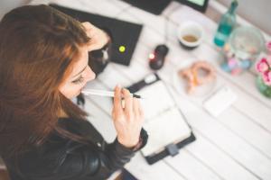 Oportunidades são para estudantes de níveis médio, técnico e superior; interessados devem fazer o cadastro no site das empresas recrutadoras
