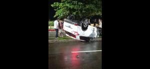 Veículo foi parar em cima do canteiro lateral da via. Segundo informações da PM, no carro estavam duas pessoas, o condutor, de 38 anos, e uma criança, de 3