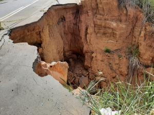 Imagens mostram que o buraco tomou o acostamento e já atinge parte da pista. Apesar disso, o Departamento de Edificações e de Rodovias (DER-ES) afirmou que não há nenhuma interdição no local