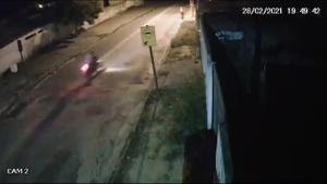 A vítima de 35 anos pilotava a motocicleta de 125 cilindradas quando perdeu o controle e caiu do veículo. O homem morreu no local