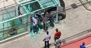 O acidente aconteceu na Avenida Joaquim Lírio, no início da tarde desta sexta-feira (26); motorista está bem e não houve vítimas