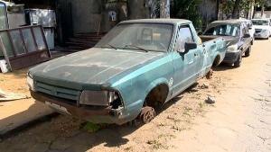 Os veículos são encontrados sujos, com vidros quebrados, acumulando mato e ocupando vagas. Donos são notificados e os carros podem ser leiloados